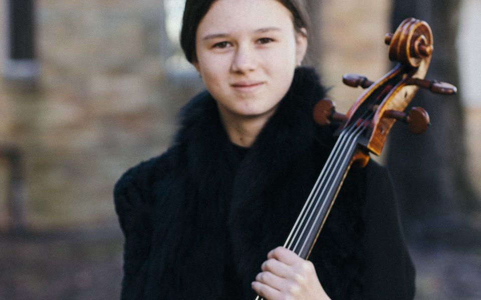 girl_cellist_holding_cello